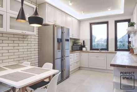 Dom jednorodzinny: spójny i unikalny: styl , w kategorii Kuchnia zaprojektowany przez Perfect Space