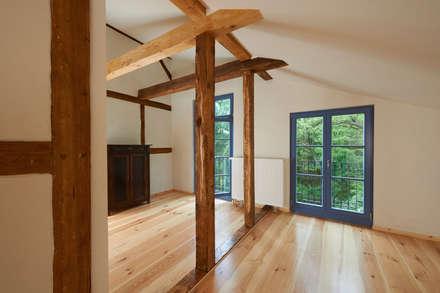 Schlafzimmer Dachgeschoss: rustikale Schlafzimmer von Gabriele Riesner Architektin