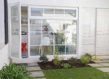 Remodelación Brown: Jardines de invierno de estilo moderno por RENOarq