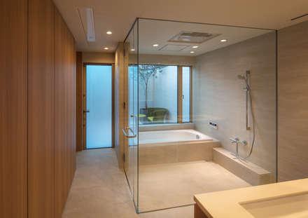 House in Nishiyamatyou: マニエラ建築設計事務所が手掛けた浴室です。