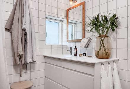 Ferienhaus in Schweden: skandinavische Badezimmer von Bohemian Nordic Interior