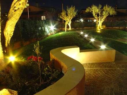Villanova di Guidonia: Giardino in stile in stile Mediterraneo di studioQ