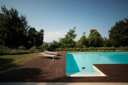 Piscina con scalinata in muratura: Giardino in stile in stile Mediterraneo di PLUS ULTRA studio