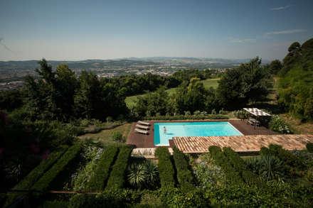 La piscina nel contesto naturale: Piscina in stile in stile Mediterraneo di PLUS ULTRA studio