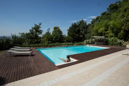 PGL | pool with a greenhouse: Piscina in stile in stile Mediterraneo di PLUS ULTRA studio