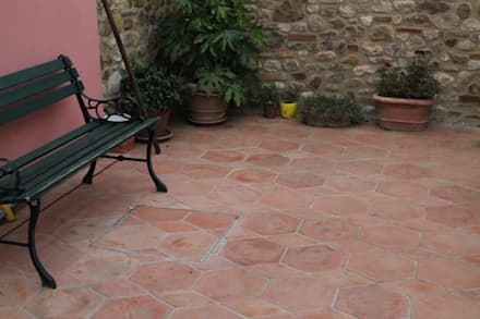 Pavimento in Cotto: Pareti in stile  di Tuscany Art