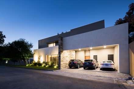 COCHERA: Garajes de estilo moderno por Rousseau Arquitectos