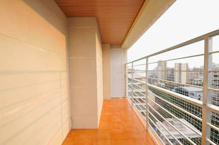 Apartment  in Bandra:  Terrace by Karyam Designs