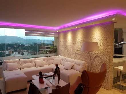 Cielo raso deco con iluminacion y Revestimiento de pared en Espacato, Caracas: Paredes y pisos de estilo moderno por Madea c.a.