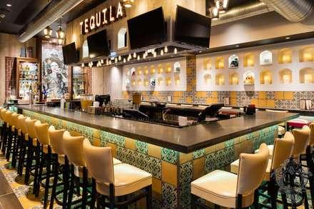 Restaurant Bar:  Bars & clubs by Kellie Burke Interiors