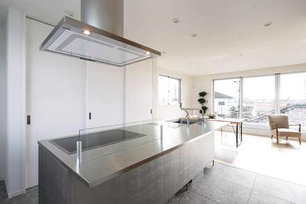 メタリックなキッチンを和モダンなインテリアに溶け込ませる: ナイトウタカシ建築設計事務所が手掛けたキッチンです。