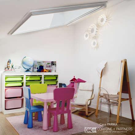CASA PARIKA: Stanza dei bambini in stile in stile Moderno di CORFONE + PARTNERS studios for urban architecture