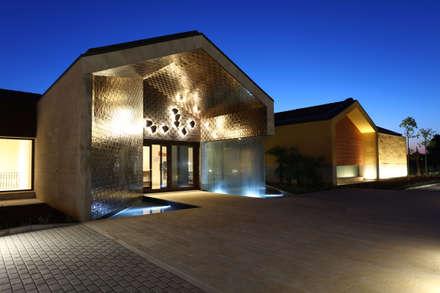 Entrada: Ginásios modernos por DSA, Architects International
