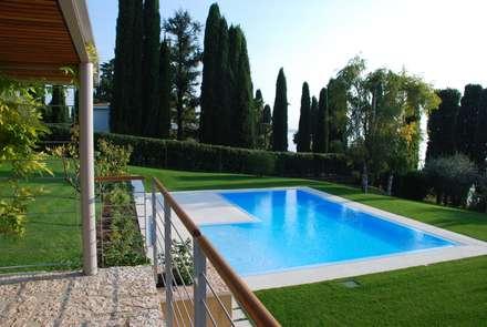 piscina privata: Piscina in stile in stile Moderno di Studio di Architettura Emanuele Soldi