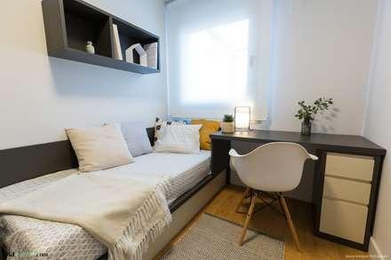 Apartamento Guinardó  : Dormitorios infantiles de estilo mediterráneo de Pia Estudi