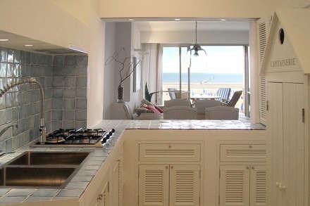 Appartamento al mare: Cucina in stile in stile Mediterraneo di Filippo Coltro architetto