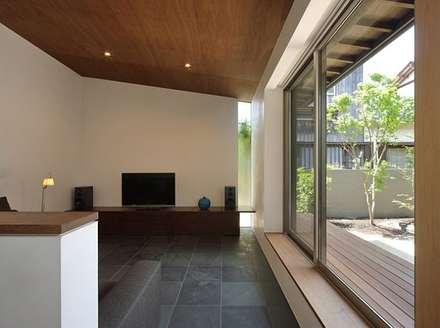 福重の家: 柳瀬真澄建築設計工房 Masumi Yanase Architect Officeが手掛けたリビングです。