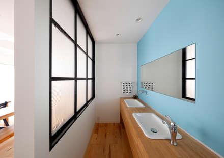 羽曳野の家 -日本家屋をフルリノベーション-: atelier mが手掛けた浴室です。