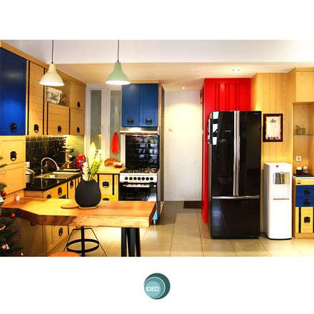Metro House:  Dapur by IDEO DESIGNWORK