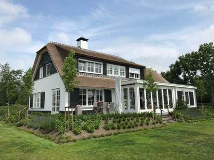 Landelijke witte woning met riet : landelijke Huizen door Brand BBA I BBA Architecten