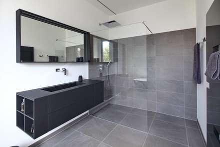 Badezimmer Dachgeschoss: moderne Badezimmer von Thillmann Architekten