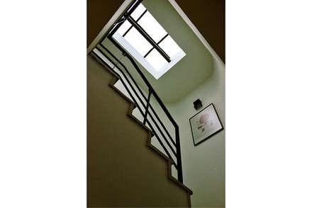 Escalera: Pasillos y vestíbulos de estilo  por Ensamble de Arquitectura Integral