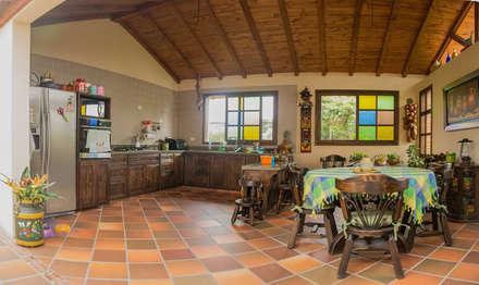 : Cocinas de estilo rural por Ensamble de Arquitectura Integral