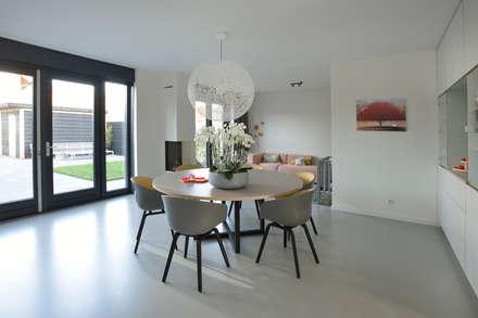 Ode Puur vloerlijn: moderne Eetkamer door Ode aan de Vloer
