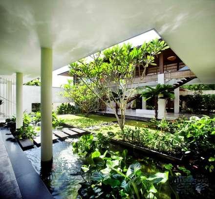 Privacy Tropical Garden Design: asiatischer Garten von Paul Marie Creation
