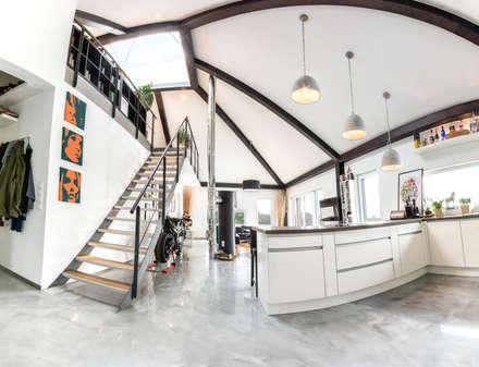Panorama: Küche - Wohnzimmer - Galerie:  Flur & Diele von K-MÄLEON Haus GmbH