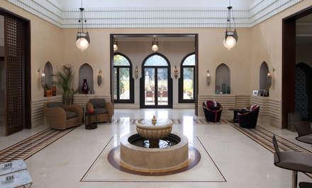 House atrium with fountain :  Corridor & hallway by Design Zone