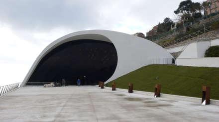 Pavimento NUVOLATO - Auditorium Oscar Niemeyer : Salones de eventos de estilo  de Fermox Solutions