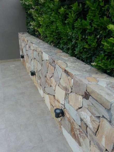 Jardines con piedras de estilo  por Estudio Karduner Arquitectura