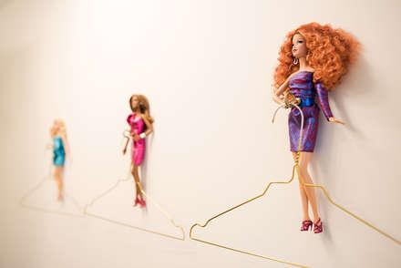 Barbie-Kleiderhaken in der Ankleide: ausgefallene Ankleidezimmer von THE INNER HOUSE