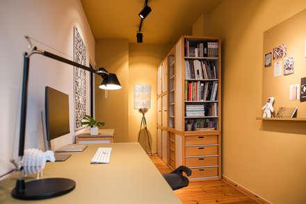 Home Office: moderne Arbeitszimmer von THE INNER HOUSE
