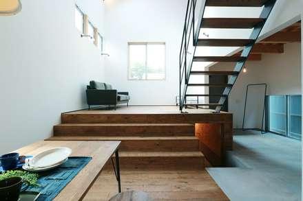 ほどよく自然体でかっこよく暮す家「BROOKLYN HOUSE」: オレンジハウスが手掛けた玄関・廊下・階段です。