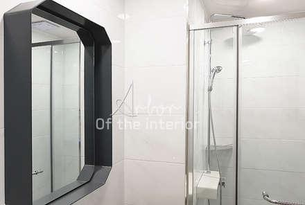 파란색으로 포인트주기. 40평대 아파트 실내 인테리어: 디자인 아버의  화장실
