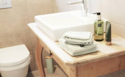 """Gäste-WC – kann auch """"Schmuck"""" sein: skandinavische Badezimmer von vierwandglück GmbH"""