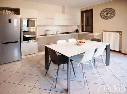Cucina - open space: Cucina attrezzata in stile  di ArcKid