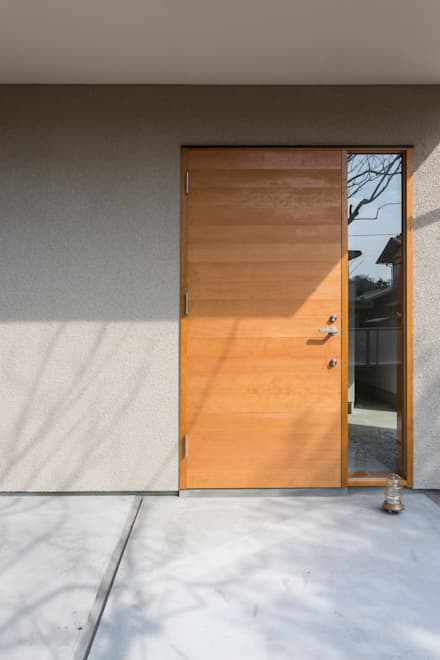 Puertas principales de estilo  por まる・ち設計