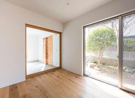 Puertas de madera de estilo  por まる・ち設計