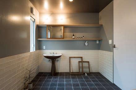 スタイリストが 手がけた家: 東涌写真事務所が手掛けた浴室です。