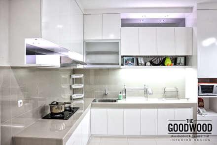 White Luxury Kitchen:  Dapur by The GoodWood Interior Design