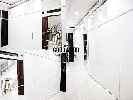 White Minimalist Wardrobe:  Ruang Ganti by The GoodWood Interior Design
