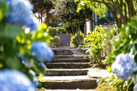CASA EN PLAYA DE GANDARIO - BERGONDO (A CORUÑA): Jardines de estilo rústico de MORANDO INMOBILIARIA