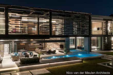 Rear Facade & Swimming Pool: modern Houses by Nico Van Der Meulen Architects