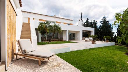 Vista del jardín y solárium.: Jardines delanteros de estilo  de Alejandro Giménez Architects