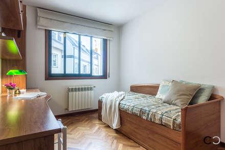 DORMITORIO: Dormitorios infantiles de estilo moderno de CCVO Design and Staging
