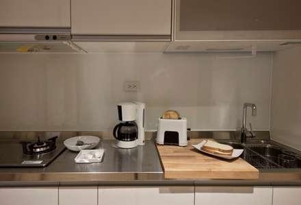 Armarios de cocinas de estilo  por 齊禾設計有限公司