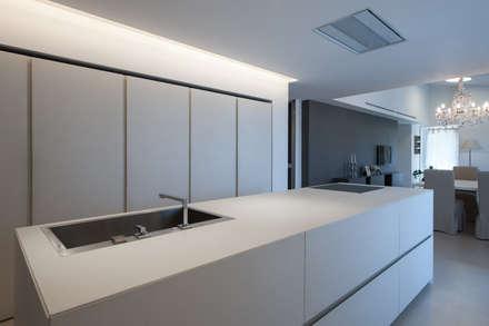 Attico con vista sulle colline marchigiane - Sassocorvaro (PU): Cucina attrezzata in stile  di QUADRASTUDIO